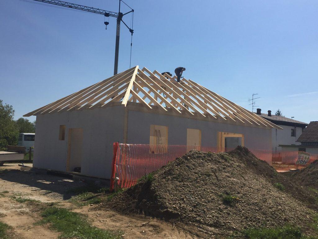 Montaža konstrukcije montažne hiše